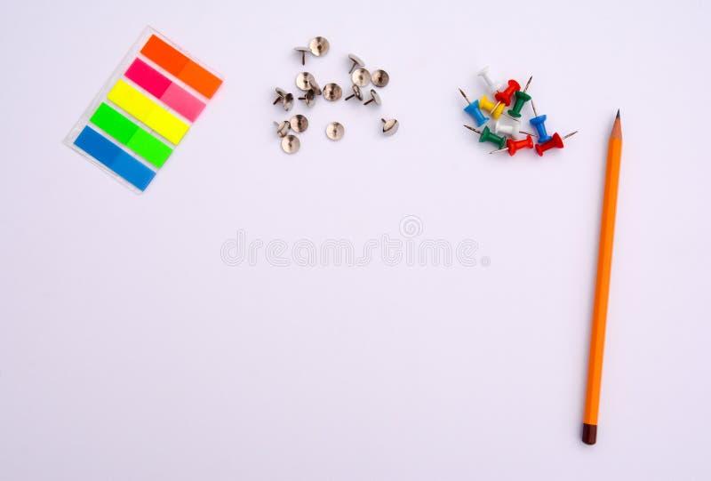Fuentes de oficina en el fondo blanco foto de archivo libre de regalías
