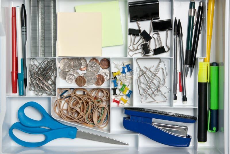 Fuentes de oficina en un organizador del escritorio fotos de archivo libres de regalías