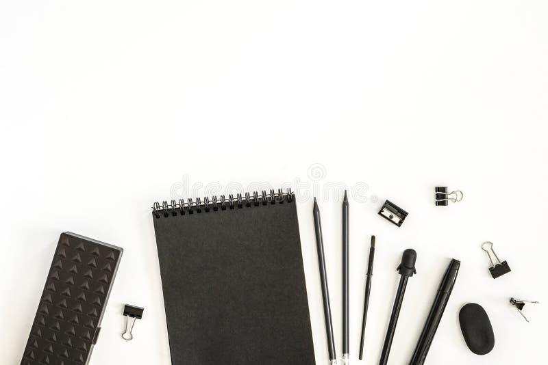 Fuentes de oficina La libreta de papel de las hojas dibuj? a l?piz la caja de l?piz de los sacapuntas del borrador de la pluma en imagen de archivo libre de regalías