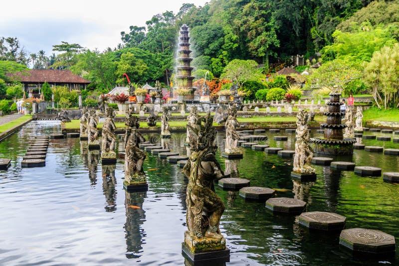 Fuentes en el palacio del agua de Tirta Gangga, isla de Bali, Indonesia foto de archivo