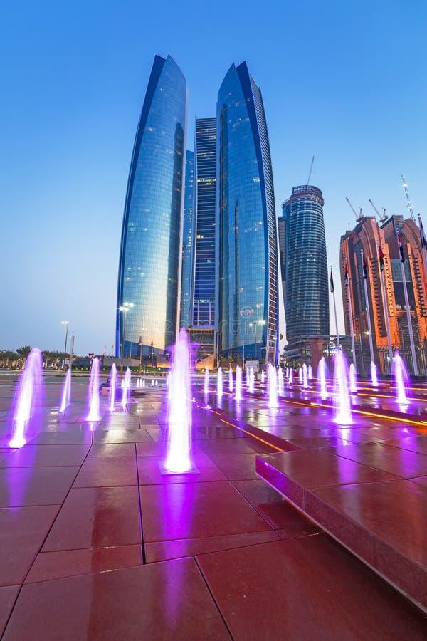 Fuentes en las torres de Etihad en Abu Dhabi imágenes de archivo libres de regalías