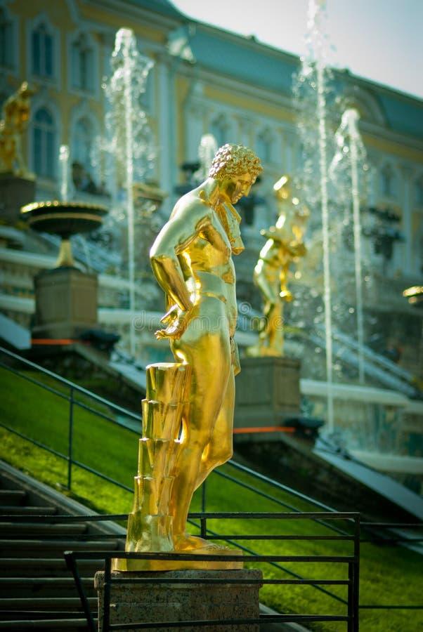 Fuentes magníficas de la cascada en el palacio de Peterhof imágenes de archivo libres de regalías