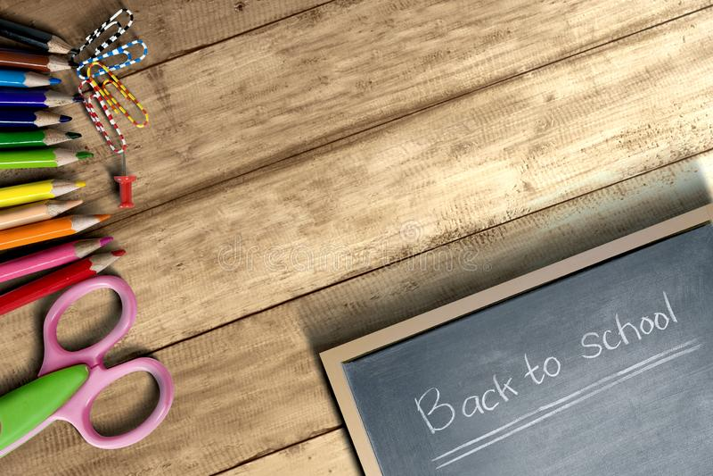 Fuentes y efectos de escritorio de escuela con poca pizarra con de nuevo al texto de escuela en la tabla de madera fotos de archivo libres de regalías