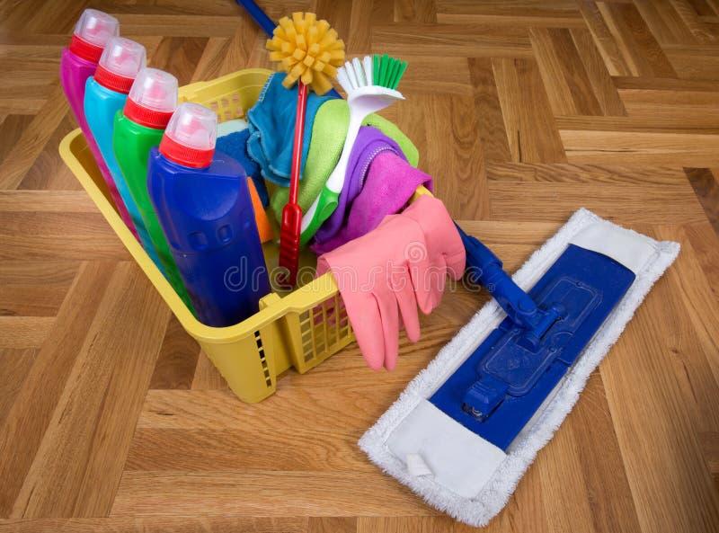 Fuentes y equipo de limpieza en piso imágenes de archivo libres de regalías