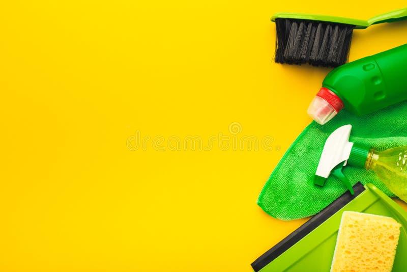 Fuentes y productos de limpieza para ordenar casero imagen de archivo libre de regalías