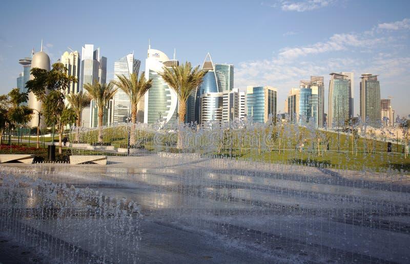 Fuentes y torres en Doha fotografía de archivo