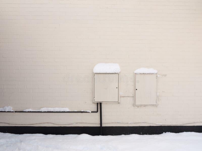 Fuera de casa con eléctrico y el gas la caja blanca señala al prisionero de guerra británico imagen de archivo