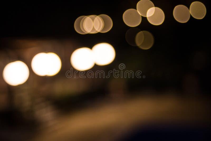 Fuera de efecto de foco sobre fotografía Bokeh empañó la imagen del círculo del traslapo de las luces Citylife al aire libre en N foto de archivo libre de regalías