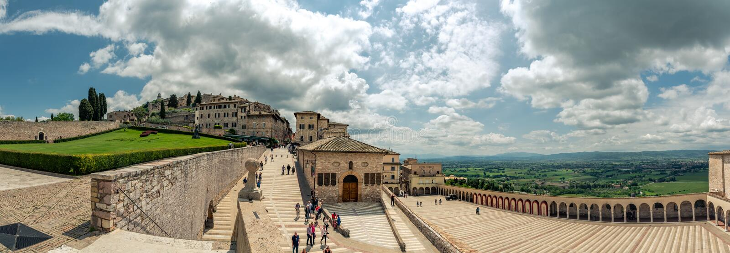 Fuera de la basílica de San Francisco d 'Assisi en Italia, opinión del panorama Umbría la región de Assisi, Italia fotografía de archivo libre de regalías