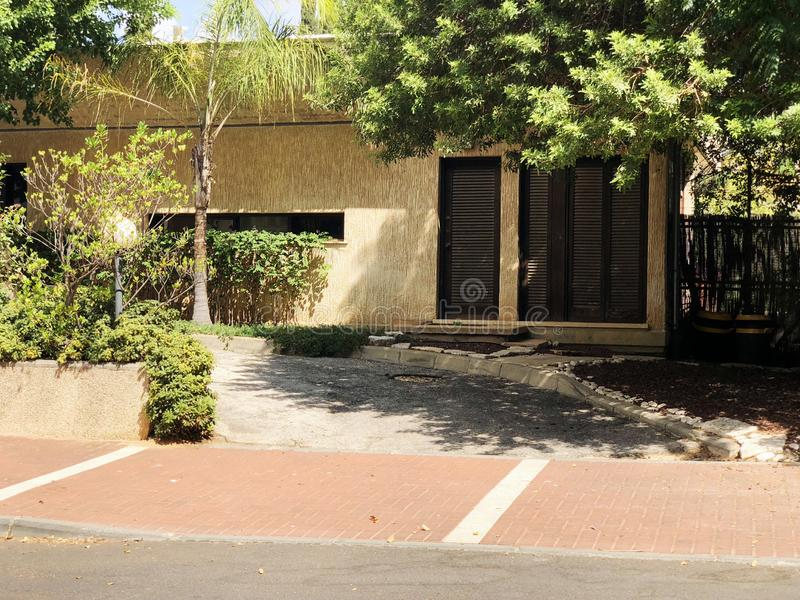 Fuera de la calle rodeada con las plantas verdes en Rehovot, Israel imagenes de archivo