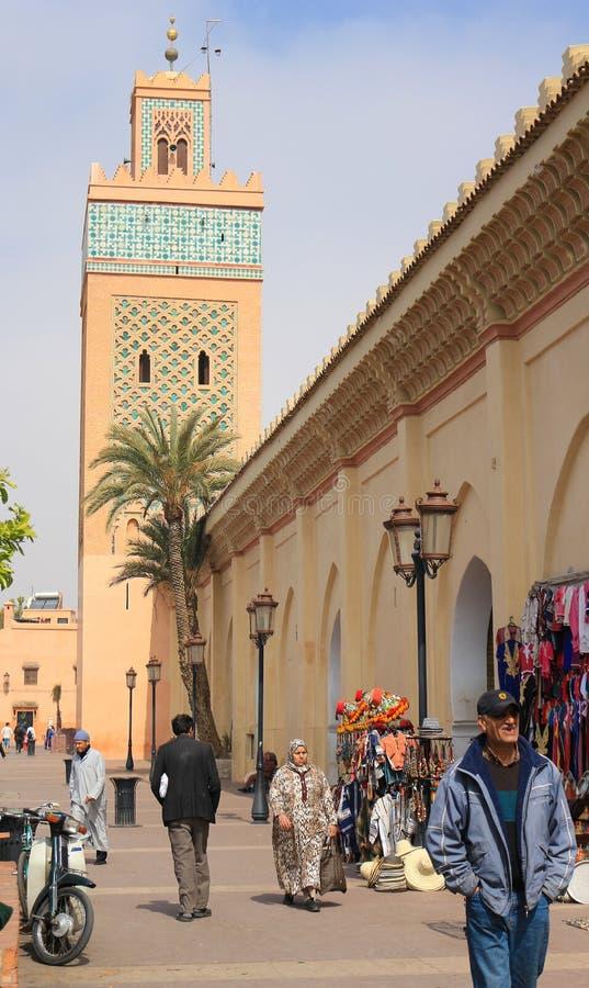 Fuera de la mezquita famosa de Koutoubia en Marrakesh, Marruecos, Afric fotografía de archivo libre de regalías