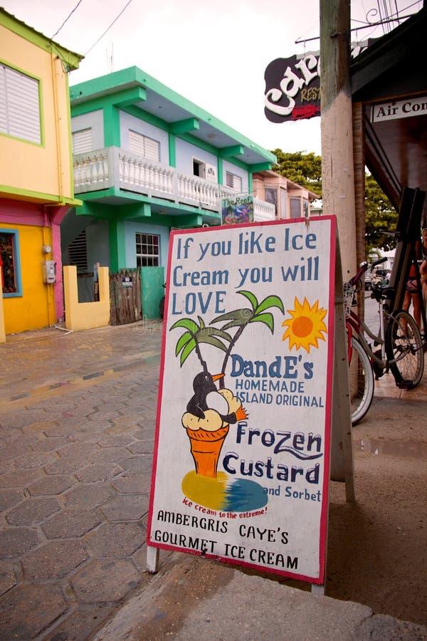 Fuera de la tienda de las natillas congeladas de DandE, San Pedro, ámbar gris Caye, Belice imagen de archivo libre de regalías