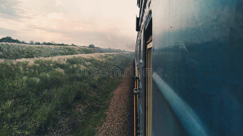 Fuera de la ventana de un tren imagenes de archivo