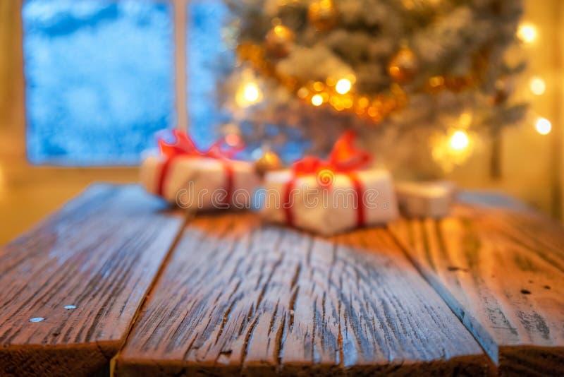Fuera del árbol de navidad y de las luces del foco para el montaje fotografía de archivo libre de regalías