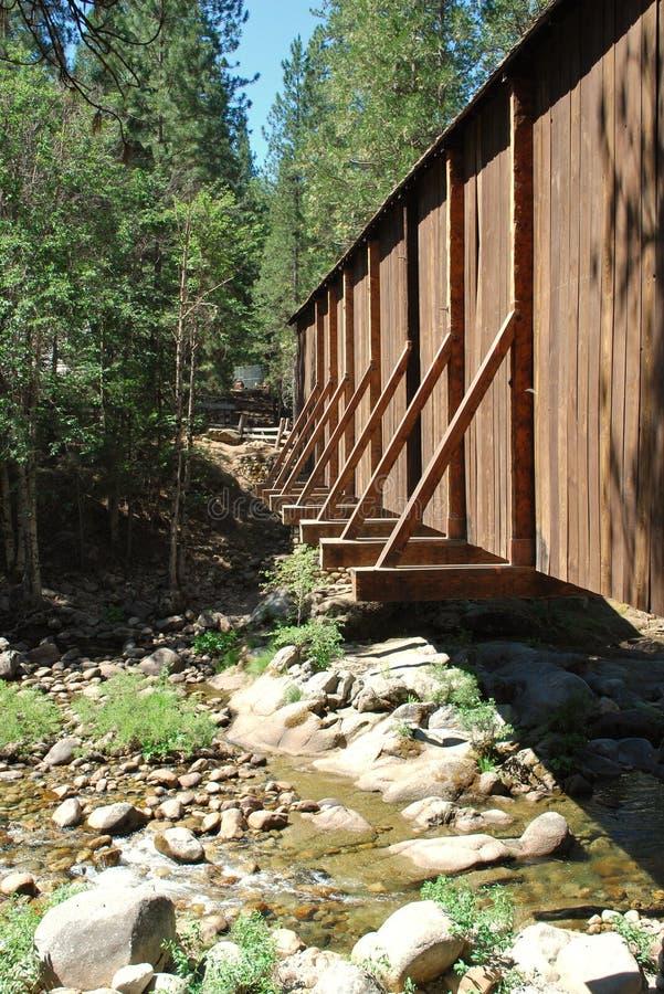 Fuera del puente sobre un río en las sierras foto de archivo libre de regalías