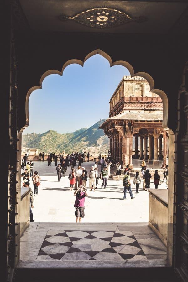 Fuerte ambarino interior con la luz de cielo azul clara, Rajasthán, la India foto de archivo