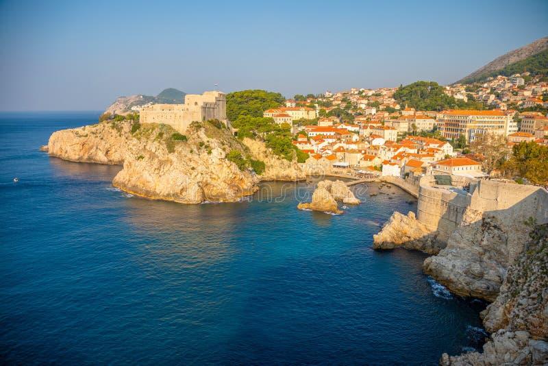 Fuerte de Lovrijenac en la entrada de puerto septentrional de las paredes viejas de la ciudad en Dubrovnik, Croacia fotografía de archivo libre de regalías