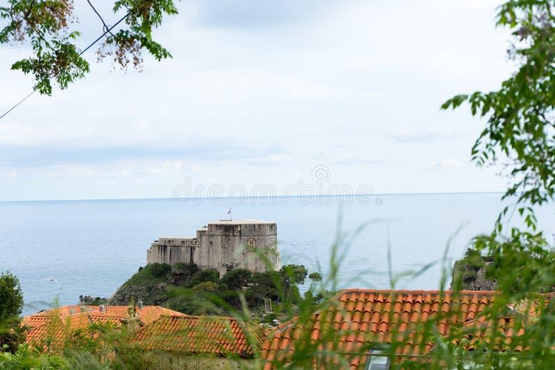 Fuerte de Lovrijenac en la entrada de puerto septentrional de las paredes viejas de la ciudad en Dubrovnik, Croacia fotos de archivo