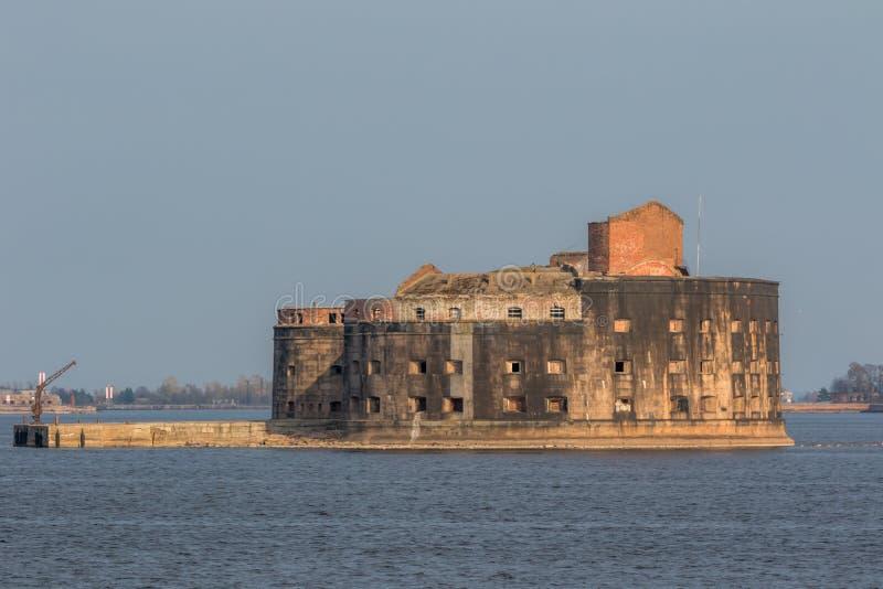 Fuerte hist?rico Alexander 1 plaga cerca de la costa meridional de Kronstadt fotos de archivo