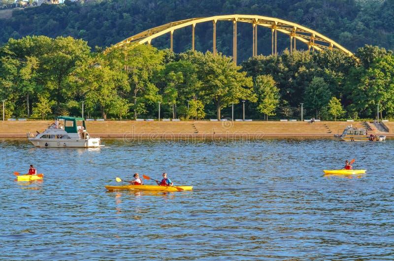 Fuerte Pitt Bridge y kajaks - Pittsburgh, PA imágenes de archivo libres de regalías