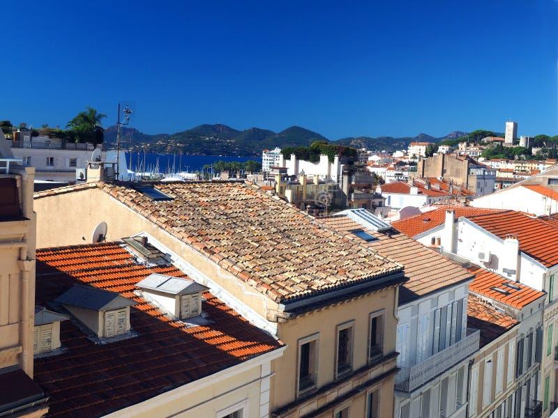 Fuerte viejo de la ciudad de Cannes Francia de la opinión del tejado en fondo fotografía de archivo libre de regalías