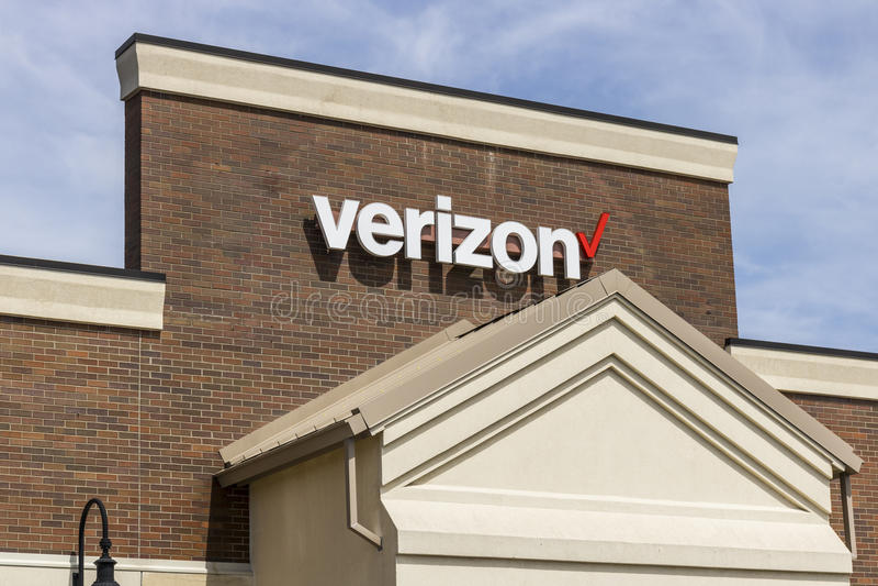 Fuerte Wayne - circa abril de 2017: Ubicación de la venta al por menor de Verizon Wireless Verizon es una de las compañías más gr fotografía de archivo