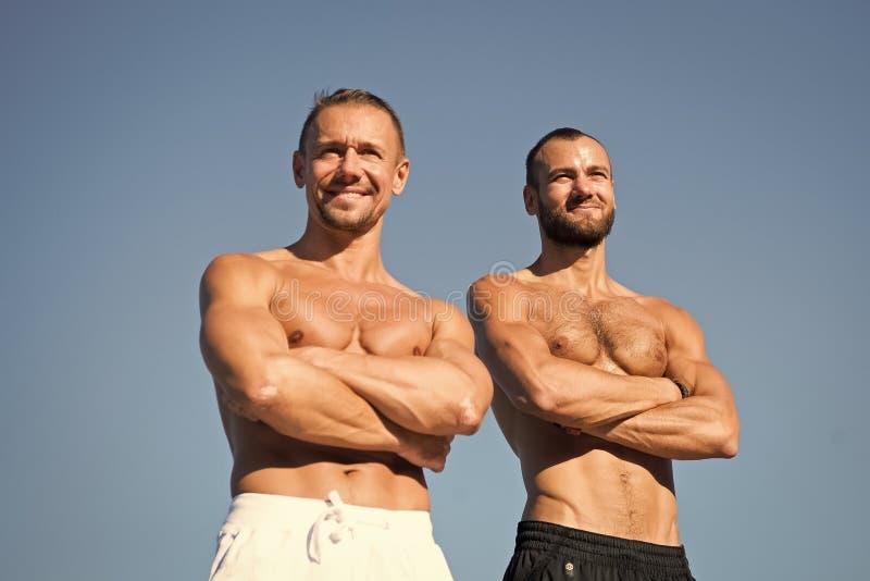 Fuerte y potente Hombres musculares con seis ABS del paquete Los hombres disfrutan de buena salud Deporte y atenci?n sanitaria ?x foto de archivo libre de regalías
