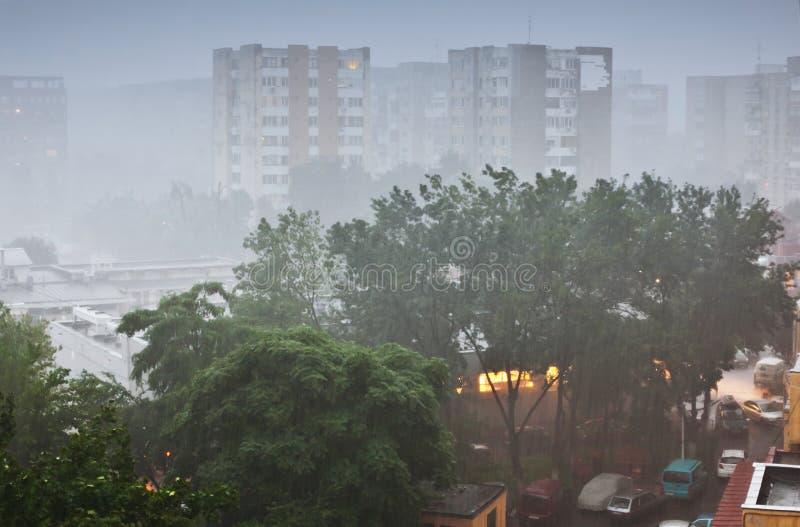Fuertes lluvias en ciudad imagen de archivo libre de regalías