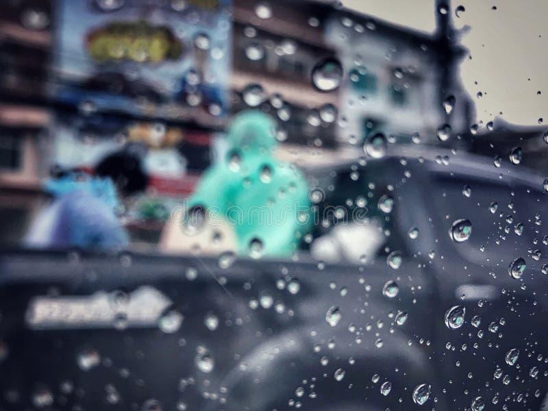 Fuertes lluvias fuera del vidrio del coche foto de archivo