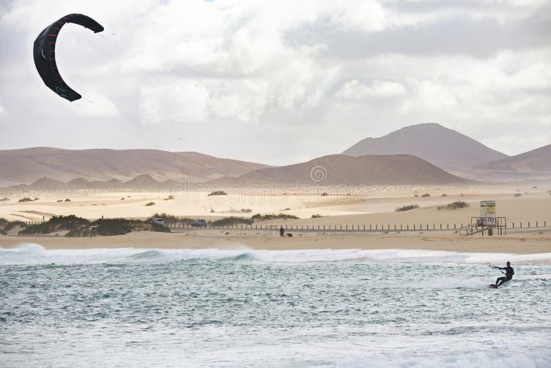 Fuerteventura - corralejo - 17 febbraio 2014: atleta in traini fotografia stock libera da diritti