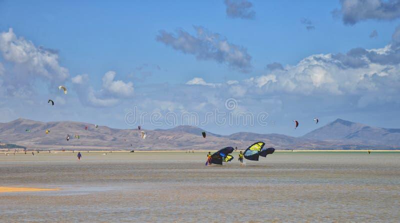 Fuerteventura, fa windsurf a Sotavento, spiagge di Costa Calma immagini stock