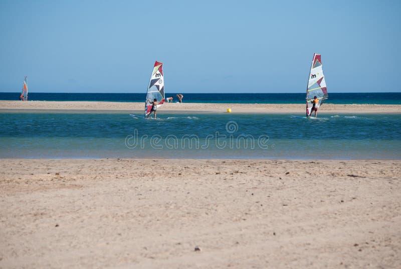 Fuerteventura, font de la planche à voile école à la lagune de plage de Sotavento image stock