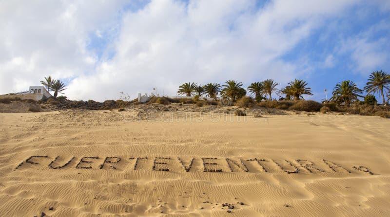 Fuerteventura geschrieben mit Kieseln in einen Strand lizenzfreie stockfotos