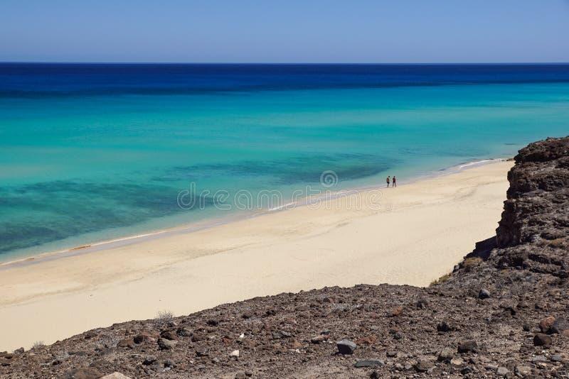Fuerteventura: kristallklart vatten och panoramautsikt av den Jandia stranden royaltyfri foto