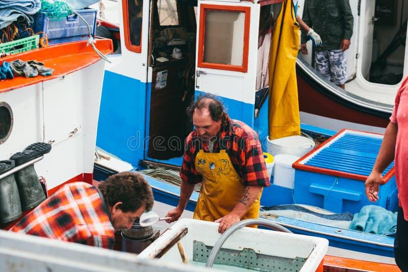 FUERTEVENTURA SPANIEN - OKTOBER 27: Fiskare som in lastar av låset royaltyfri fotografi