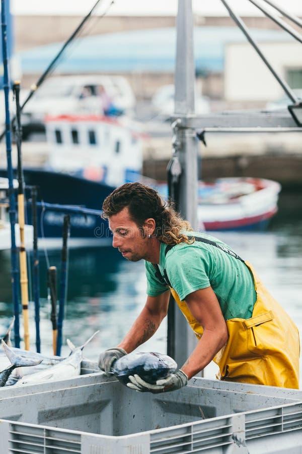 FUERTEVENTURA SPANIEN - OKTOBER 27: Fiskare som in lastar av låset arkivfoton