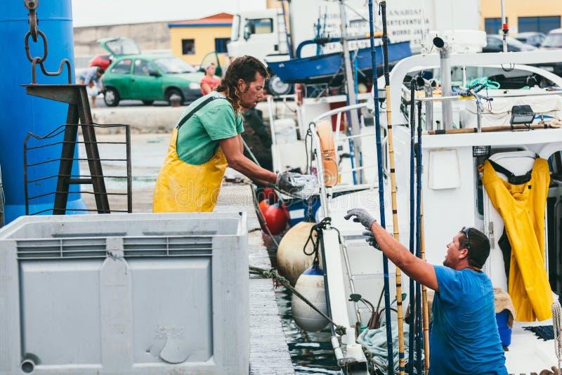 FUERTEVENTURA SPANIEN - OKTOBER 27: Fiskare som in lastar av låset royaltyfri foto