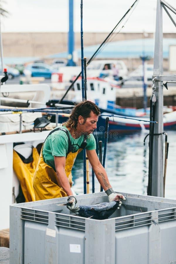 FUERTEVENTURA SPANIEN - OKTOBER 27: Fiskare som in lastar av låset arkivfoto