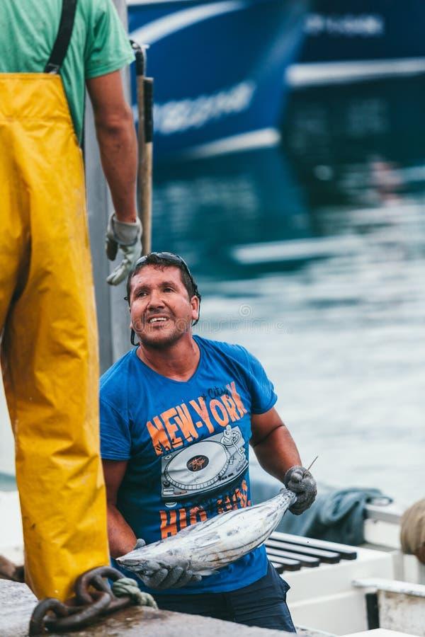 FUERTEVENTURA SPANIEN - OKTOBER 27: Fiskare som in lastar av låset royaltyfria foton