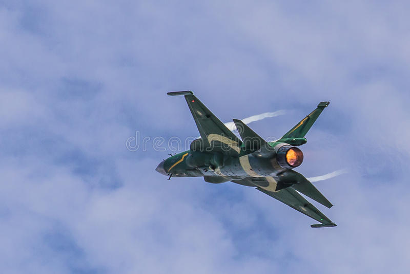 Fuerza aérea trueno JF-17/FC-1 de PAF de Paquistán que realiza acrobacias aéreas imagen de archivo