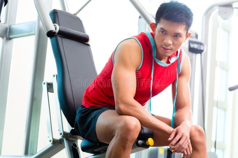 Fuerza china del entrenamiento del hombre en gimnasio de la aptitud imágenes de archivo libres de regalías