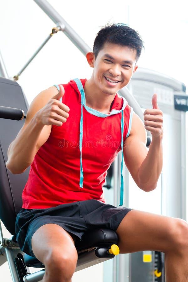 Fuerza china del entrenamiento del hombre en gimnasio de la aptitud foto de archivo libre de regalías