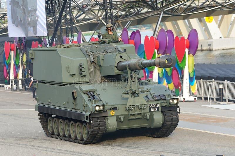 Fuerzas armadas de arma de Singapur (SAF) que demuestran su obús automotor de Primus durante el ensayo 2013 del desfile del día na imágenes de archivo libres de regalías