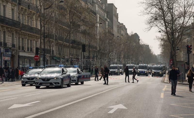 Fuerzas de policía francesas en la calle para parar alborotos de los manifestantes amarillos de los jaunes de Gilets de los chale imagenes de archivo