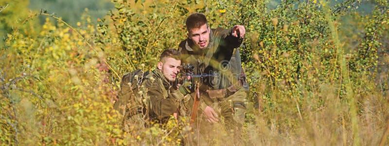 Fuerzas del ej?rcito camuflaje Moda del uniforme militar Cazadores del hombre con el arma del rifle Boot Camp B?squeda de habilid fotografía de archivo libre de regalías