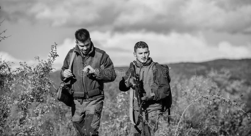 Fuerzas del ej?rcito camuflaje Uniforme militar Cazadores del hombre con el arma del rifle Boot Camp Habilidades de la caza y equ foto de archivo