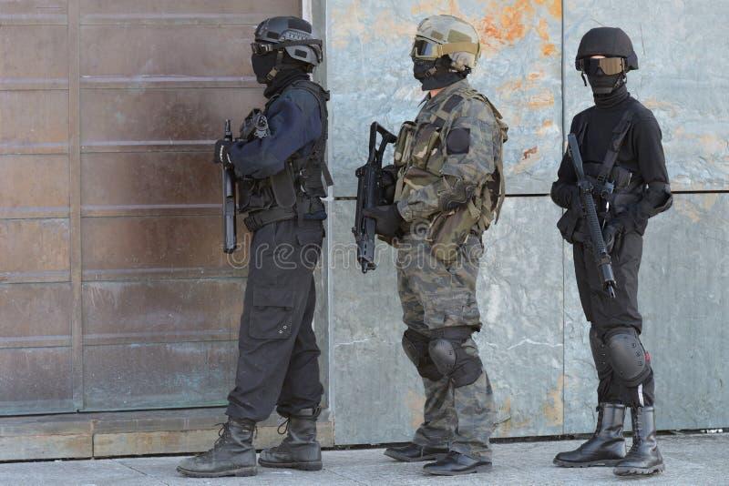 Fuerzas especiales de la policía en la acción imagen de archivo