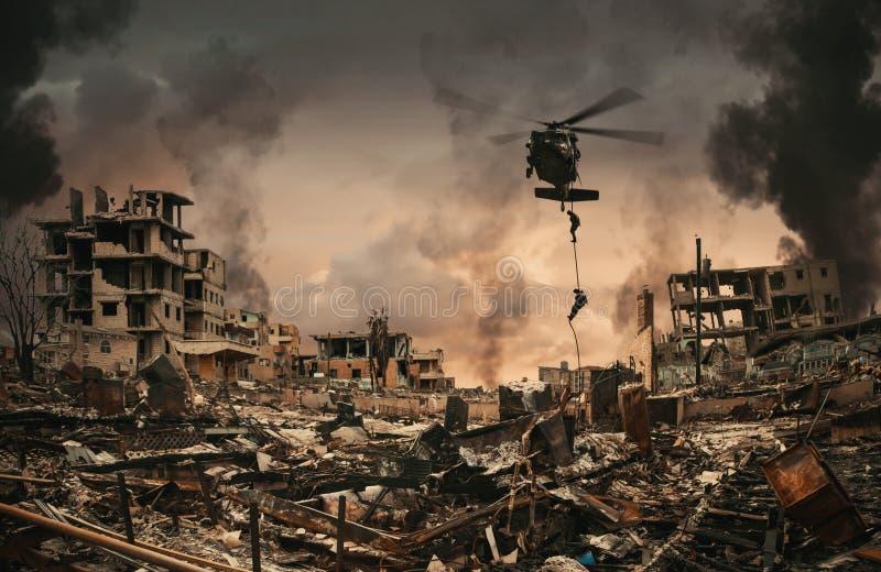 Fuerzas militares entre el humo y las ruinas imagen de archivo libre de regalías