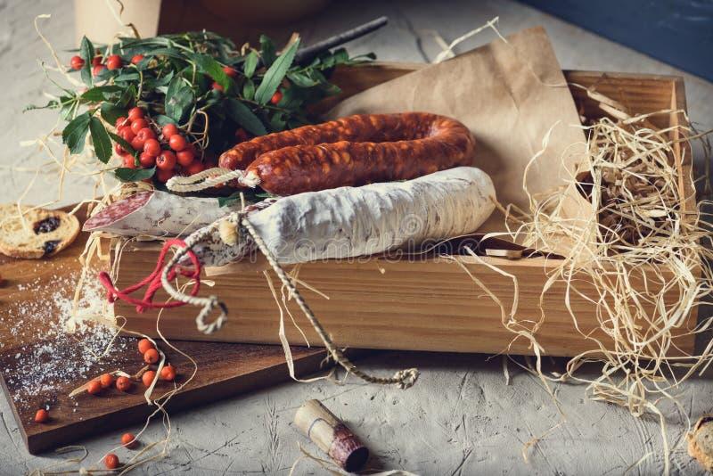 Fuet - salami Köttmellanmål i en ask Olika rökte korvar royaltyfria bilder
