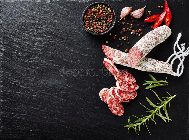 Fuet-Wurst geschnitten in die Scheiben, flatlay stockfotos